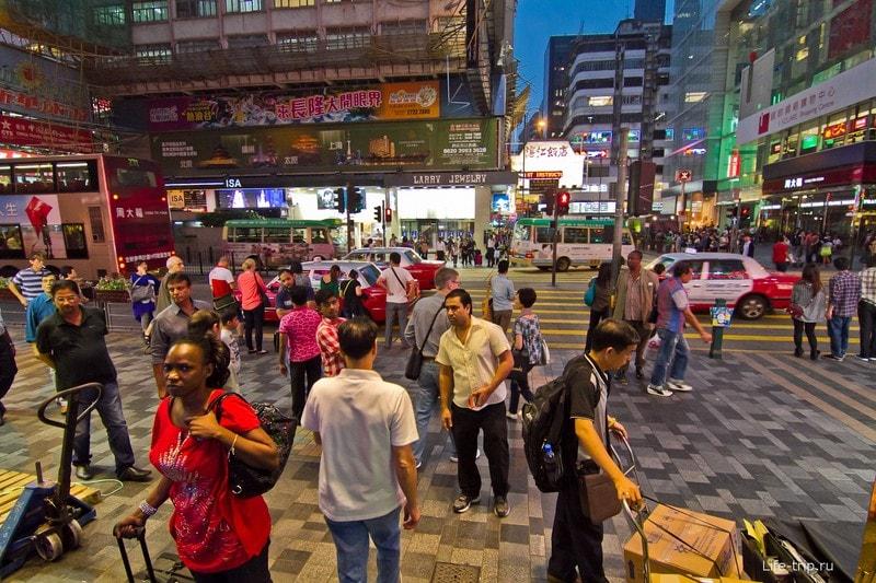 Толпы людей на Nathan Road