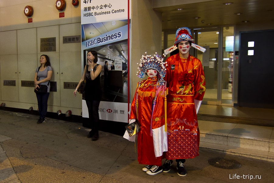 Ряженные китайцы зазывают куда-то