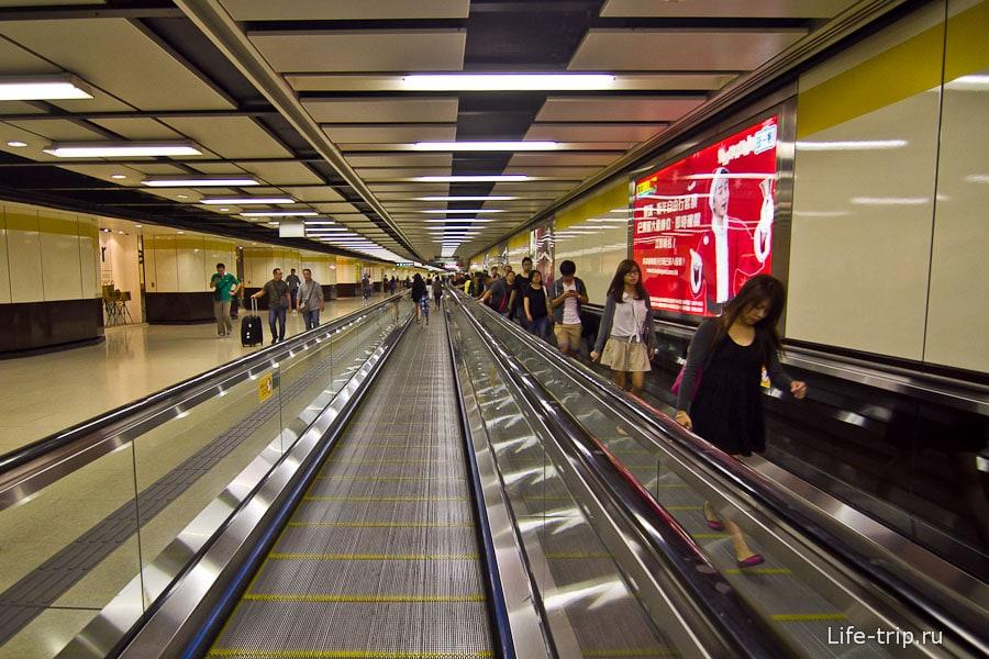 Во многих длинных переходах метро травалаторы