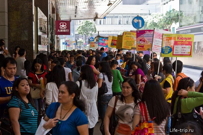 В этом месте тусуются филиппинки, вероятно, в поисках работы