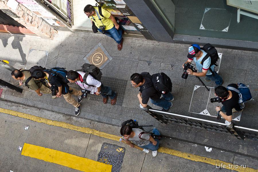 8 человек и все фотографы, да :)