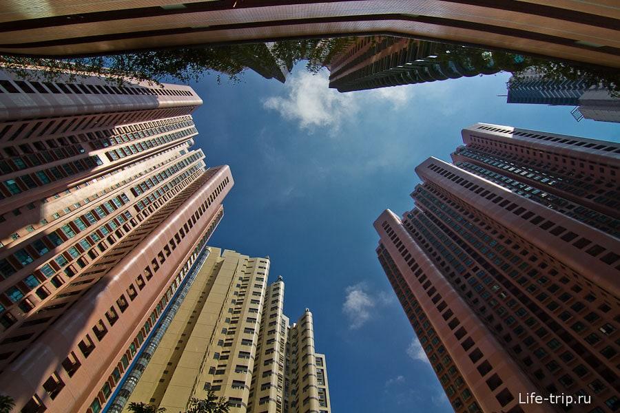 В колодце высотных домов на острове Гонконг