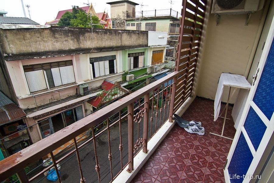 Балкон с видом на улицу
