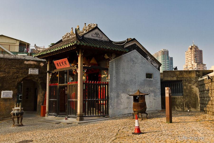 Китайский храмик рядом с руинами собора