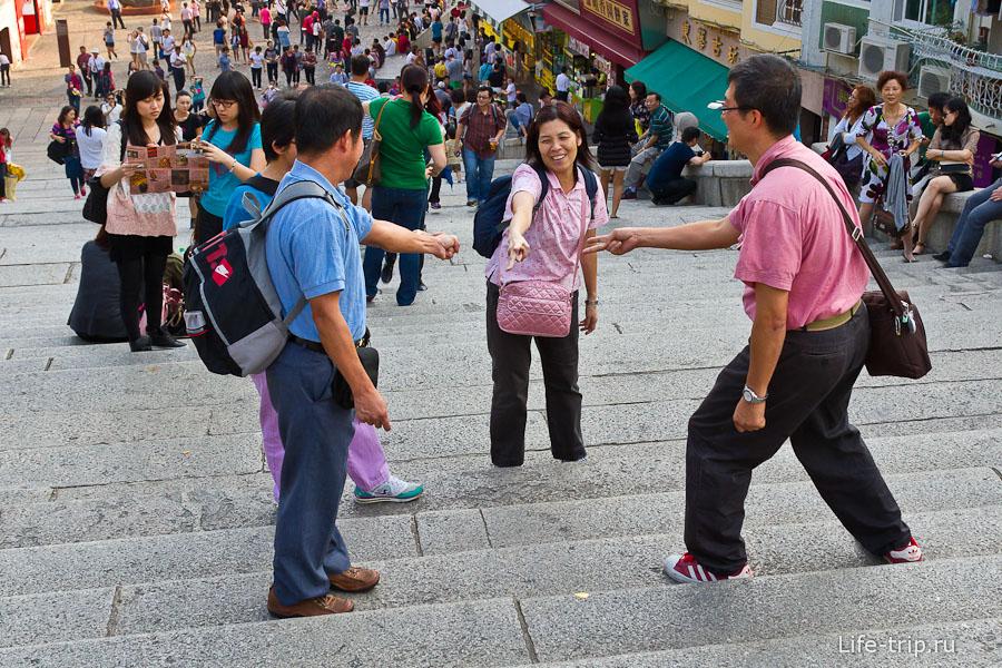 Китайцы режутся в камень-ножницы, кто быстрее поднимется по лестнице