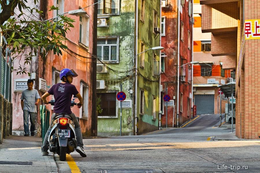 Очень понравилась эта улочка: горочка и разноцветные дома