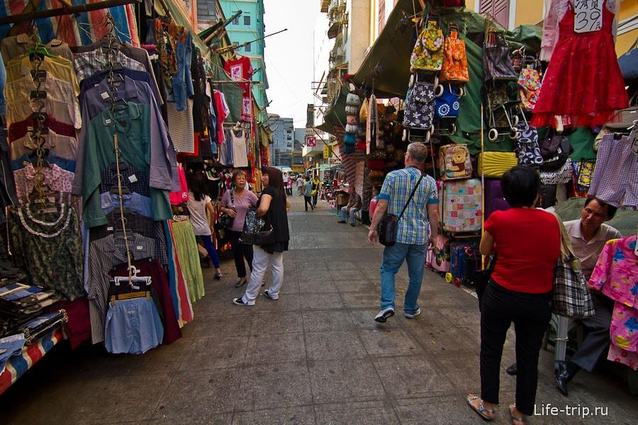 Тут же рядом с площадью китайский рынок
