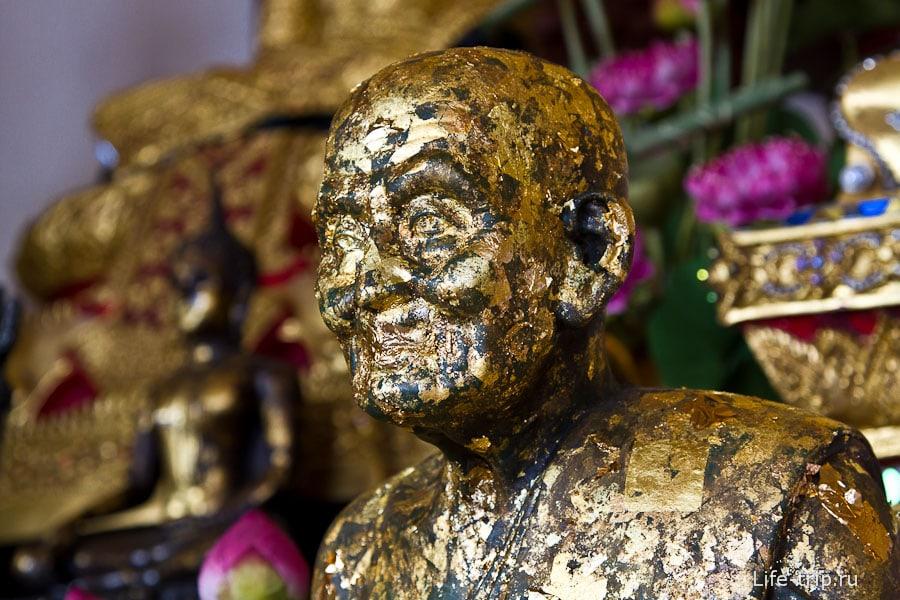 Монах весь в листочках золота