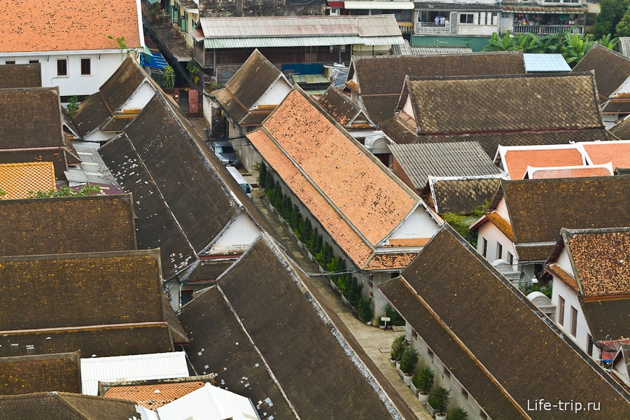 Внизу крыши других зданий храма