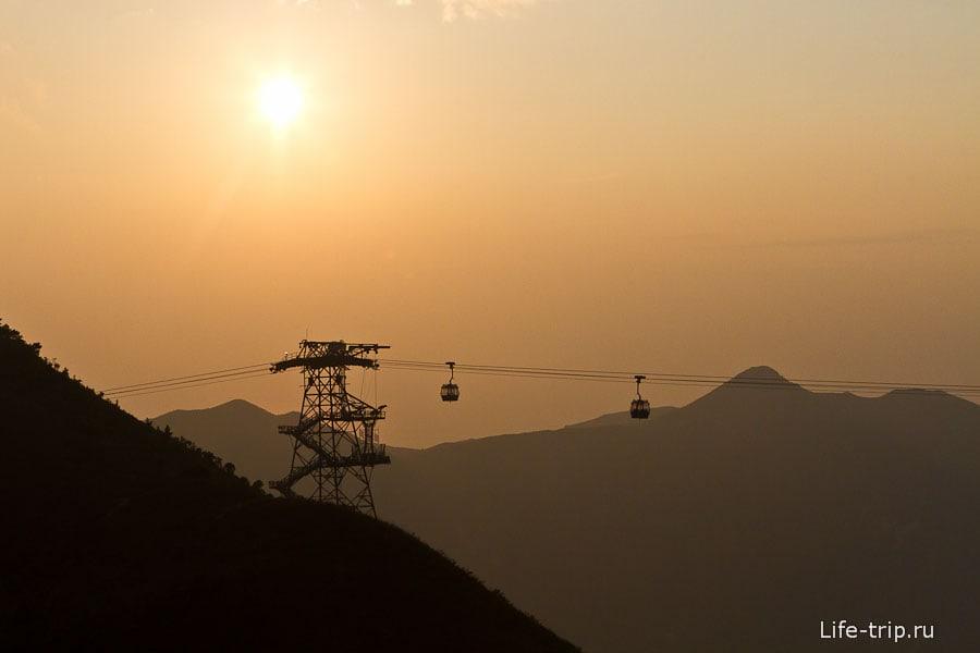 Канатная дорога Ngong Ping на закате