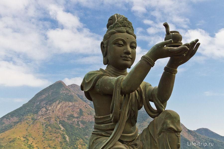 Вокруг Большого Будды 6 дев, символизирующих 6 качеств буддиста