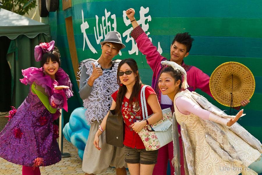 Все азиаты жутко любят фотографироваться