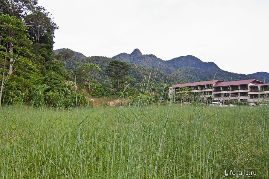Вдоль отеля вдалеке идет переулок в гору