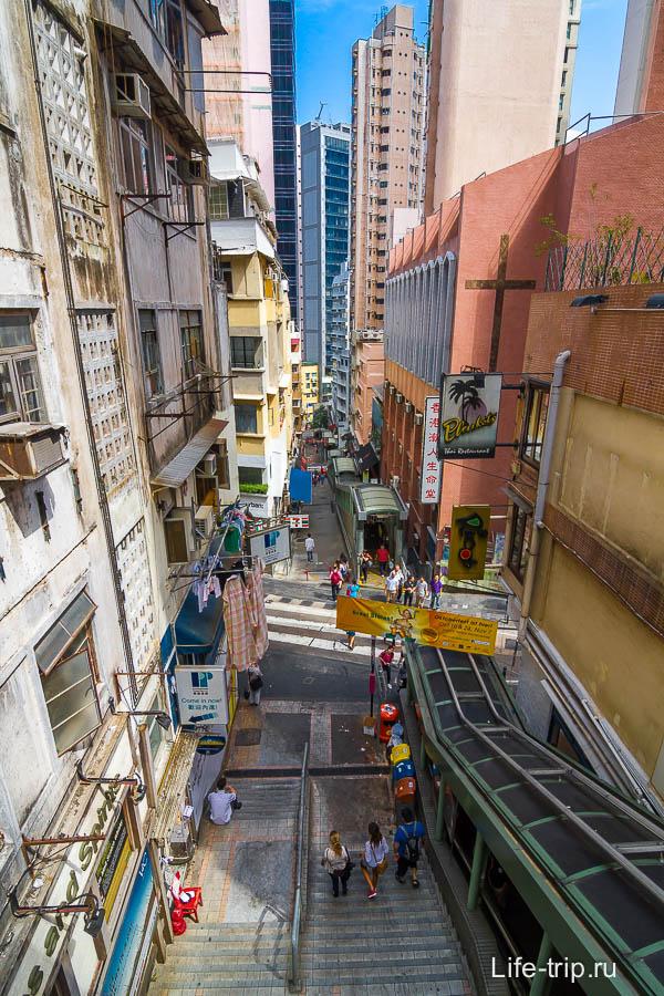Параллельно эскалатору идет улица в виде лестницы