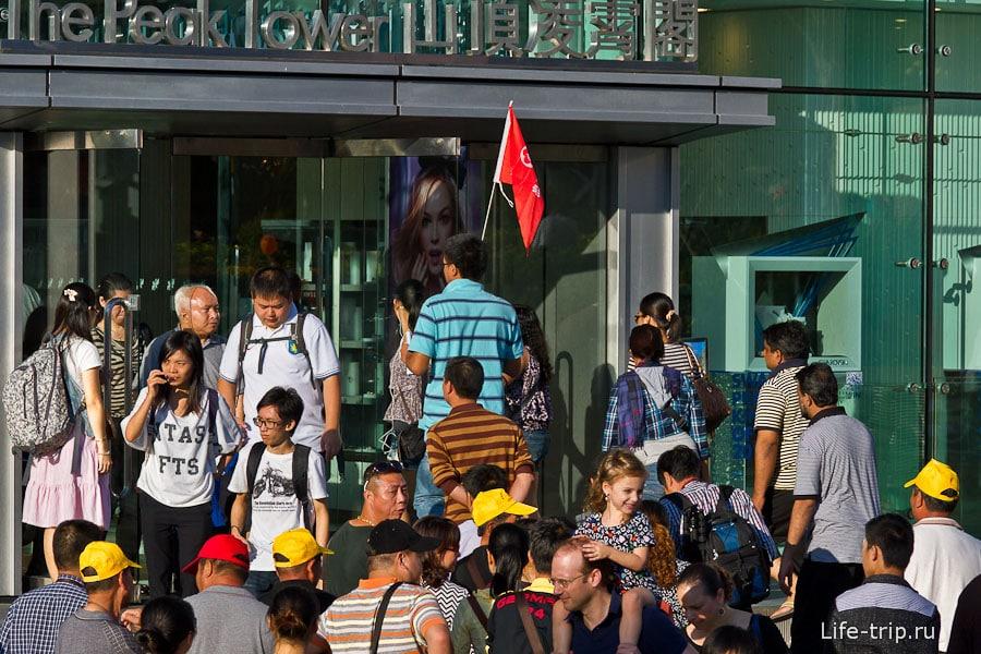 Флаг и кепки одного цвета - непременный атрибут китайской экскурсионной группы