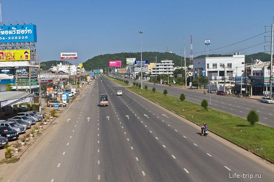 Центральная улица Накхон Саван и она же трасса