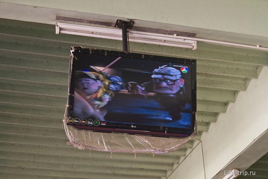 LCD телевизор в маленьком городе на автовокзале