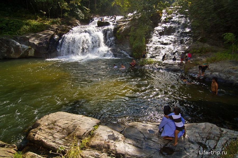 На самом верху Khlong Nam Lai Waterfall