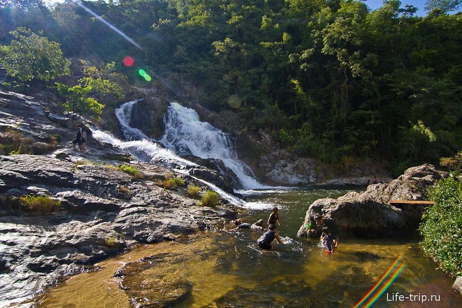 Одна из ступеней водопада Khlong Nam Lai