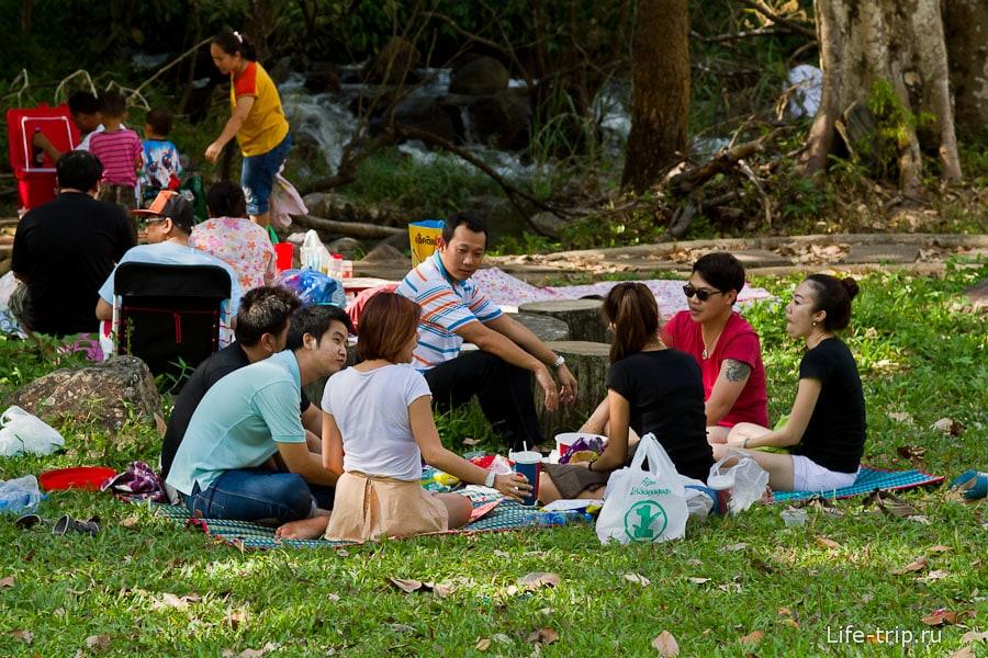 Тайские семьи сидят кругами
