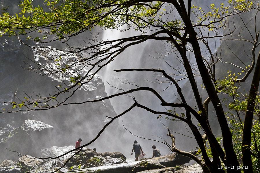 Когда поднимается ветер, вокруг стоит водяной туман