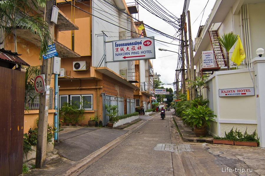 Узкая улочка Samsen 6, где расположен отель