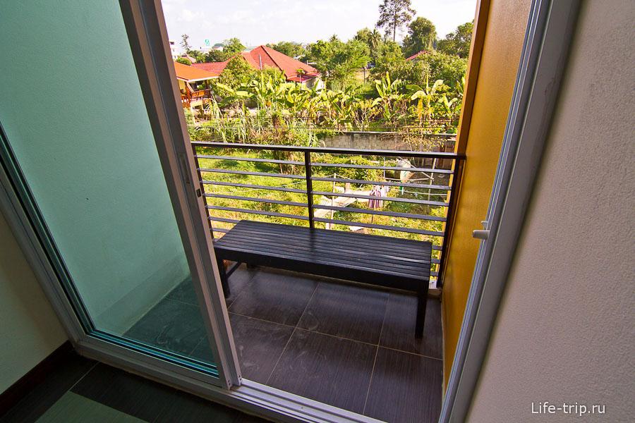 Можно в коридоре на балкончике посидеть