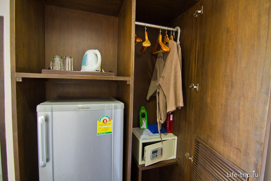 Холодильник, чайник и шкаф со всякой всячиной