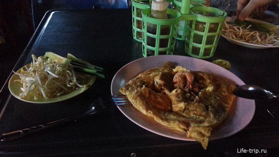 Пад Тай в уличном тайском кафе Чианг Май за 30 бат