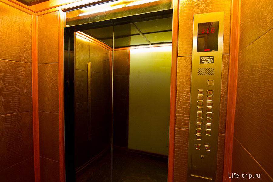 Лифт обтянут внутри дерматином