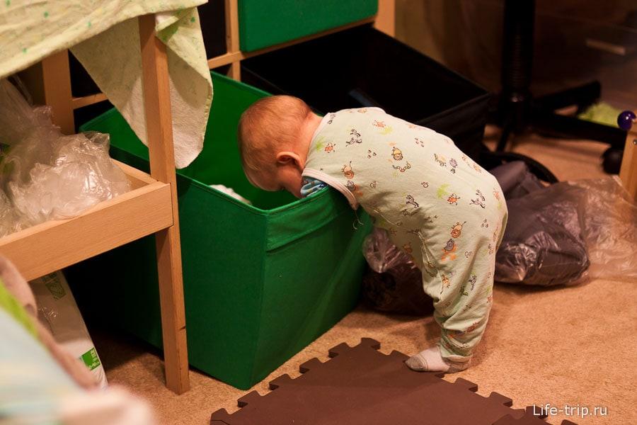 А еще Егор очень любит помогать маме раскладывать вещи