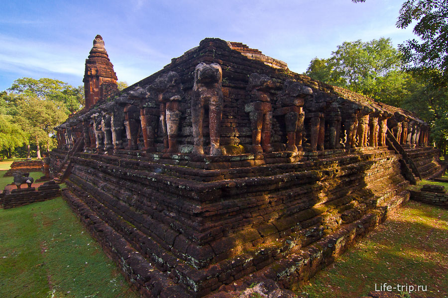 Остатки слонов и храма Wat Chang Rob