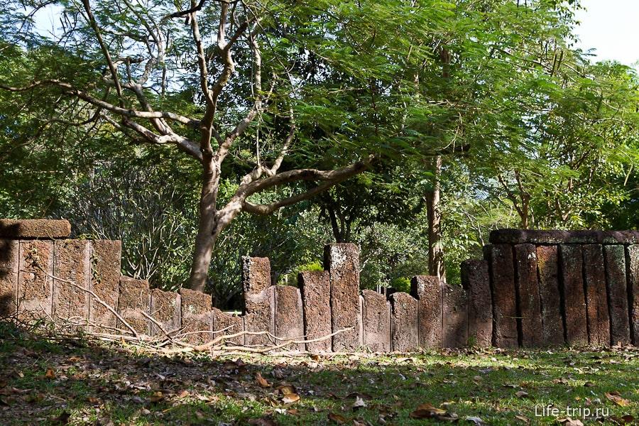 Ограда вокруг одного из храмов