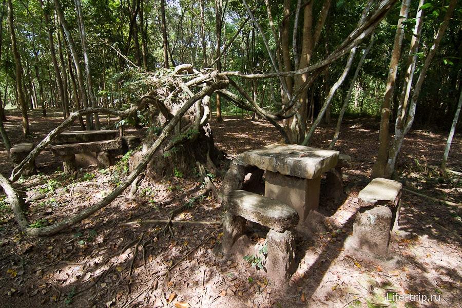Столик со скамейками - место для пикника