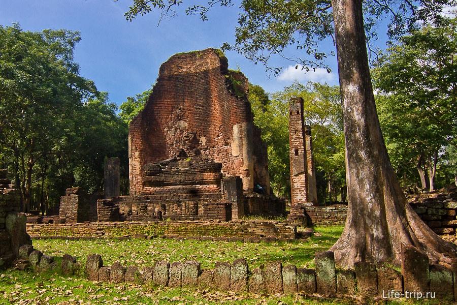 Остатки храма Wat Si Iriyabot и скульптур Будды