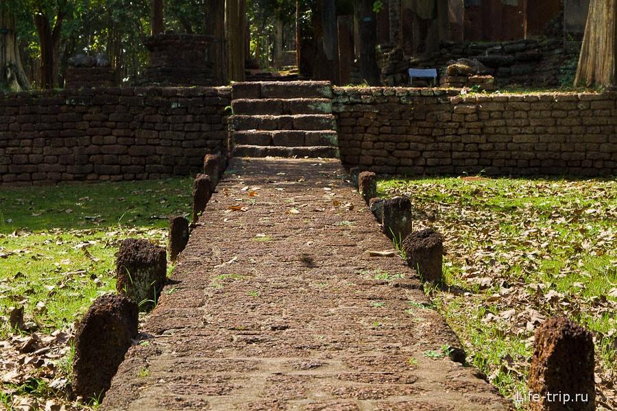 Дорога к храму Wat Si Iriyabot