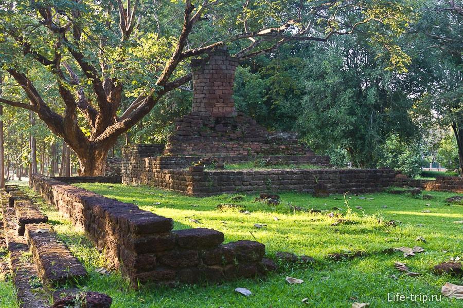 От статуи Будды остались только ноги и половина тела