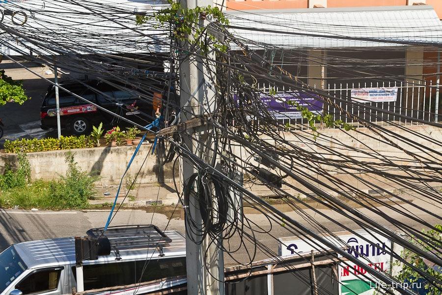 Типичный тайский клубок проводов