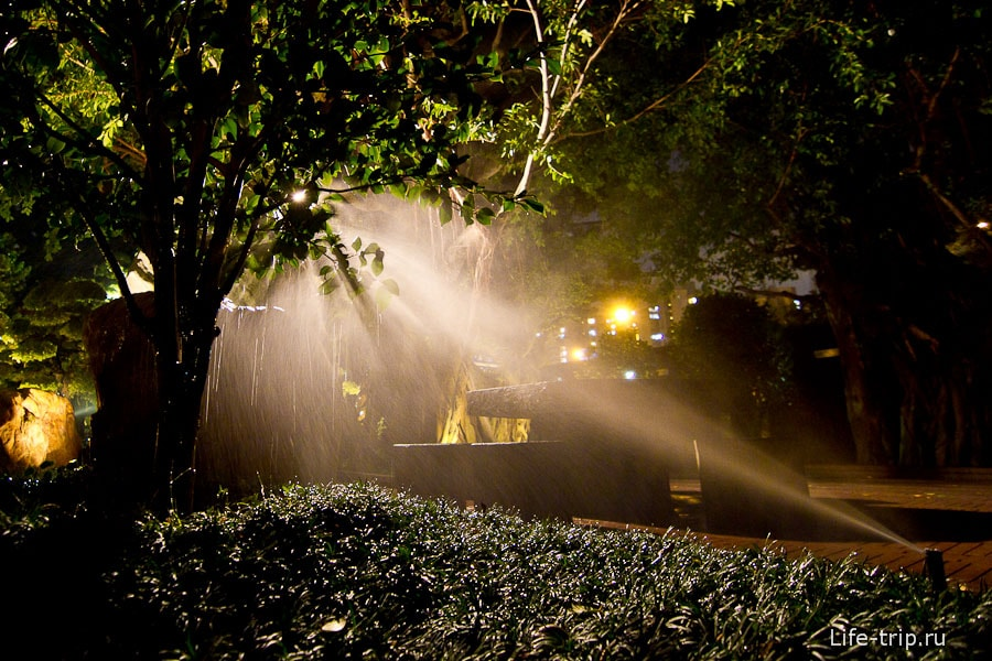 Распыление воды в свете фонаря отлично смотрится
