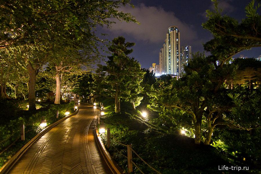 А вокруг парка Nan Lian возвышаются небоскребы