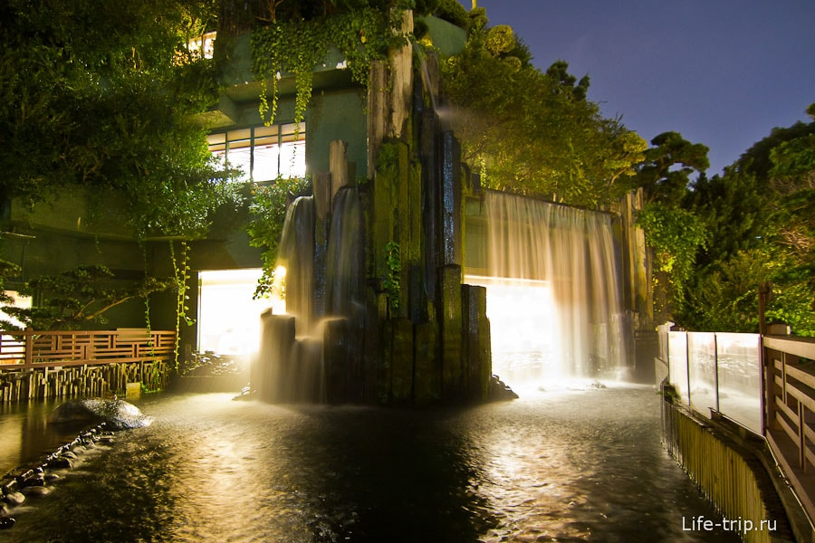 Ресторан окруженный водопадами