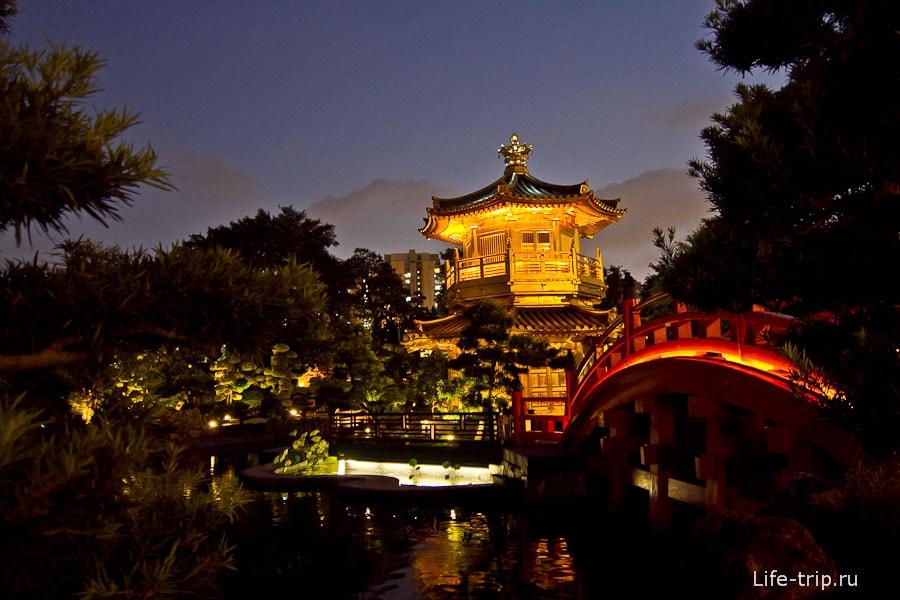 Изящная китайская беседка в середине лотосового пруда