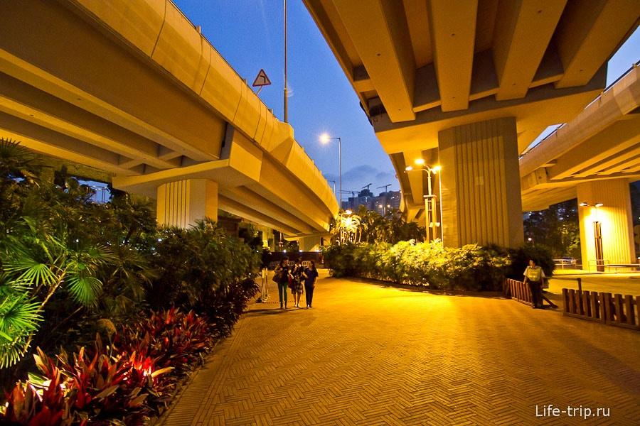 Сад Нан Лиан начинается под эстакадой