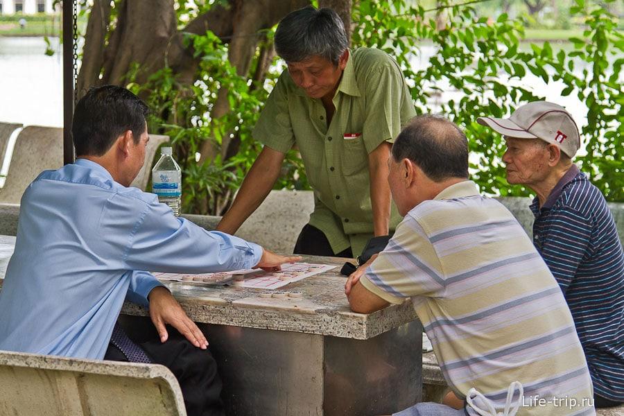 Пенсионеры играют в шашки