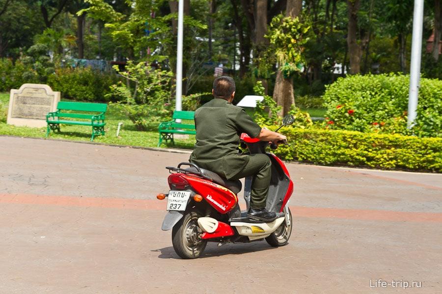 Охранники на байках по парку ездят