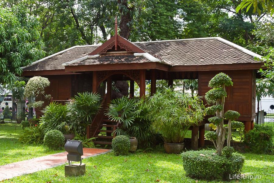 Имитация тайской деревни - небольшие домики в тайском стиле