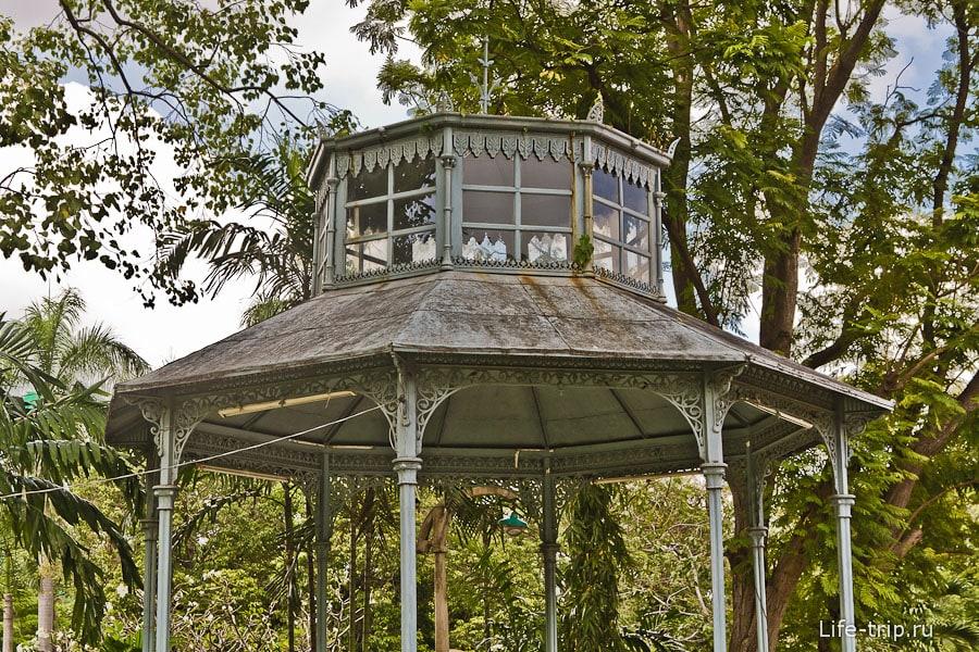 Старая беседка с частично стеклянной крышей