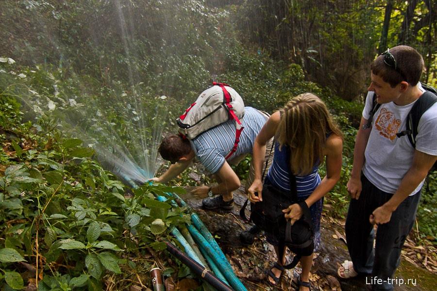 Около одного из водопадов сломали трубу и пытаемся её починить