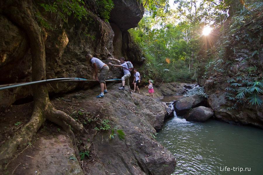 Идем в небольшое ущелье по настоящим джунглям