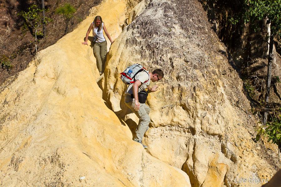Но самое интересное - это лазить по сыпучим скалам, пачкаясь в пыли